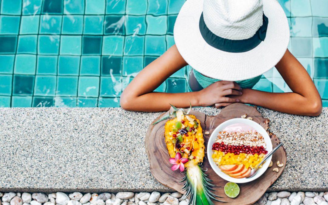 Mujer comiendo sano piscina