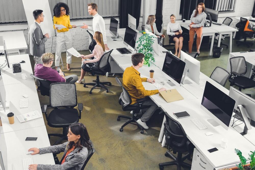 equipo en oficina salario emocional