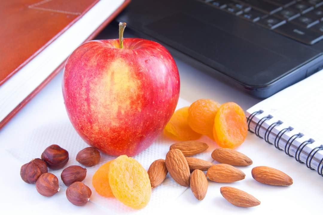 manzana y frutos secos - mejores horas comer fruta